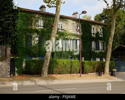 AJAXNETPHOTO. LOUVECIENNES, FRANCE. - PISSARRO HOUSE - THE IVY COVERED HOUSE AND STUDIO OF 19TH CENTURY FRENCH IMPRESSIONIST PAINTER AND ARTIST CAMILLE PISSARRO ON THE OLD ROUTE DE VERSAILLES, NOW CALLED ROUTE DE ST.GERMAIN. PHOTO:JONATHAN EASTLAND/AJAX REF:GX8 181909 392 - Stock Photo