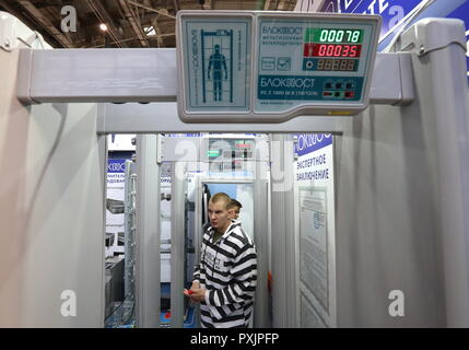 Moscow, Russia. 23rd Oct, 2018. MOSCOW, RUSSIA - OCTOBER 23, 2018: A Blokpost walkthrough metal detector on display at the Interpolitex 2018 International Exhibition of Means of State Security Provision held at Moscow's VDNKh Exhibition Centre. Stanislav Krasilnikov/TASS Credit: ITAR-TASS News Agency/Alamy Live News - Stock Photo