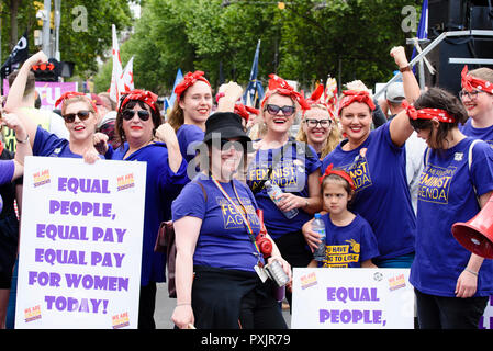 Melbourne, Australia, 23rd Oct, 2018. People attending the Change the Rules workers union rally in central Melbourne. Women dressed as Rosie the Riveter demanding equal pay for female workers. Credit: Robyn Charnley/Alamy Live News. - Stock Photo