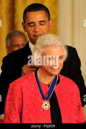 Washington, District of Columbia, USA. 12th Aug, 2009. Washington, DC - August 12, 2009 -- United States President Barack Obama presents former US Supreme Court Justice Sandra Day O'Connor the 2009 Medal of Freedom, America's highest civilian award, in the East Room of the White House in Washington, DC, USA August 12, 2009. Credit: Mike Theiler/CNP Credit: Mike Theiler/CNP/ZUMA Wire/Alamy Live News - Stock Photo