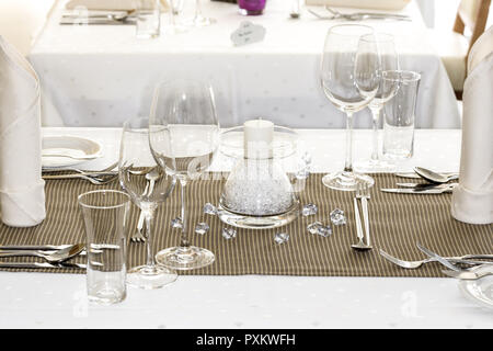 Tisch, gedeckt, festlich, Detail, Tischdeko, Tischdekoration, Glaeser, Weinglas, Wasserglas, Restaurant, Serviette, Besteck, Messer, Gabel, Tischdecke - Stock Photo