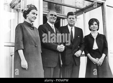 President John F. Kennedy and First Lady Jacqueline Kennedy with Prime Minister of Greece Konstantine Karamanlis and Amalia Karamanlis, entrance of the White House, Washington, D.C. - Stock Photo