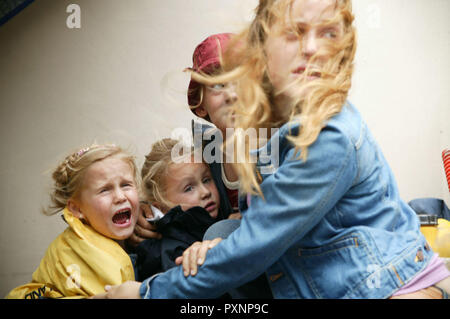 Die Wolke aka. The Cloud, Deutschland 2006 Regie: Gregor Schnitzler, Hannah (PAULA KALENBERG) versucht drei kleine Mädchen vor den panisch flüchtenden Menschen zu schützen. - Stock Photo