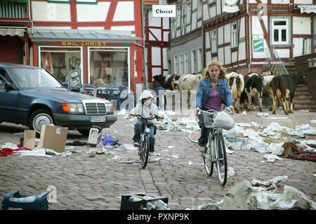 Die Wolke aka. The Cloud, Deutschland 2006 Regie: Gregor Schnitzler, Hannah (PAULA KALENBERG) und ihr Bruder Uli (HANS-LAURIN BEYERLING) flüchten aus ihrem verwahrlosten Heimatort. - Stock Photo
