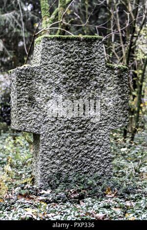 Grabkreuz, Grab auf einem Friedhof an Allerheiligen