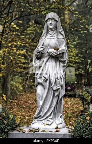 Allerheiligen, Steinerne Grabfigur auf einem Friedhof