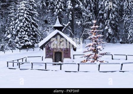 beleuchteter christbaum vor einer kapelle im winter bayern stock photo 77052757 alamy