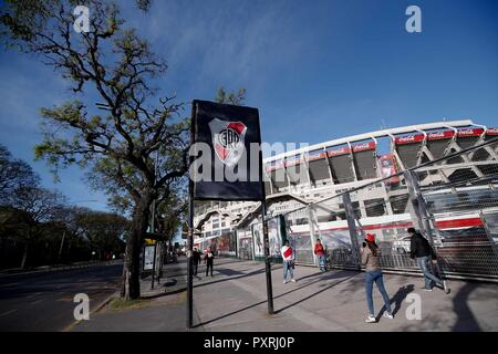Buenos Aires, Argentina. 23rd Oct, 2018. River Plate fans waiting outside the opening hours to enter the stadium where they face River Plate vs. Grêmio in a game that is valid for the semifinals of the 2018 Copa Libertadores of America, held at the Estádio Monumental Antonio Vespucio Liberti also known as Monumental de Nuñez, in Buenos Aires, Argentina. Credit: Marcelo Machado de Melo/FotoArena/Alamy Live News