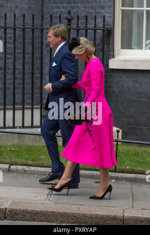 10 Downing Street, London, UK. 24 October, 2018. King Willem Alexander and Queen Maxima of the Netherlands arrive at Downing Street to be met by British PM Theresa May during their two day State Visit. Credit: Malcolm Park/Alamy Live News. - Stock Photo
