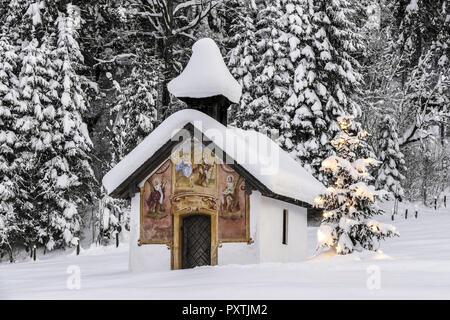 Beleuchteter Christbaum vor einer Kapelle im Winter, Bayern, Oberbayern, Deutschland, Europa - Stock Photo