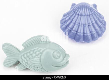 Zwei Seifenstuecke in Fisch- und Muschel-Form