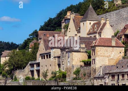 Buildings in the village of Beynac-et-Cazenac on the Dordogne River in the Dordogne region of France. - Stock Photo