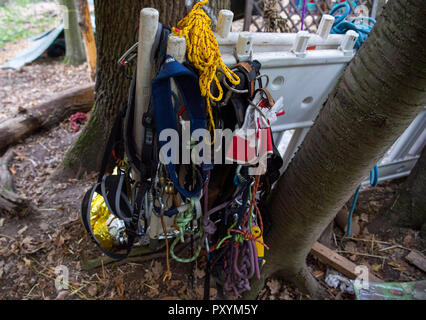 Kerpen, Germany. 24th Oct, 2018. 24 October 2018, Germany, Kerpen: Climbing equipment hangs in the Hambach forest. Credit: Christophe Gateau/dpa/Alamy Live News - Stock Photo