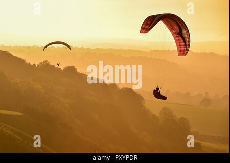 Westbury, Wiltshire, UK. 24th Oct, 2018. Paragliders soar over the Westbury White Horse on a glorious autumnal day. Credit: diane vose/Alamy Live News - Stock Photo
