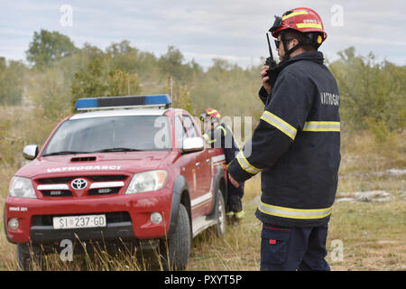 Roski Slap, Croatia. 24th Oct, 2018. Rescuers participate in joint exercises Roski Slap 2018 in Krka National Park, Croatia, on Oct. 24, 2018. Members of Croatian firefighters, mountain rescue service, police and medical workers took part in the exercises. Credit: Hrvoje Jelavic/Xinhua/Alamy Live News - Stock Photo