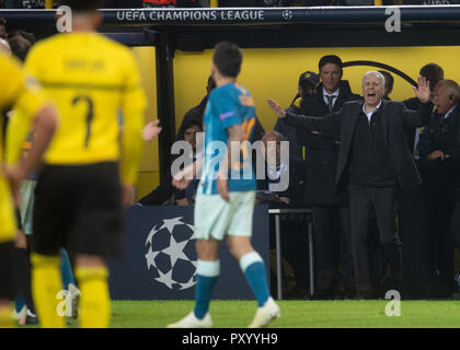 Dortmund, Germany. 24th Oct, 2018. Soccer: Champions League, Borussia Dortmund - Atlético Madrid, Group stage, Group A, Matchday 3: Dortmund coach Lucien Favre calls in. Credit: Bernd Thissen/dpa/Alamy Live News - Stock Photo