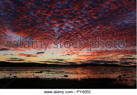 Dundee, UK. 25th October 2018. Sunrise over Tay Estuary, as dramatic start to another dry day in Tayside. Credit: Stephen Finn/Alamy Live News - Stock Photo