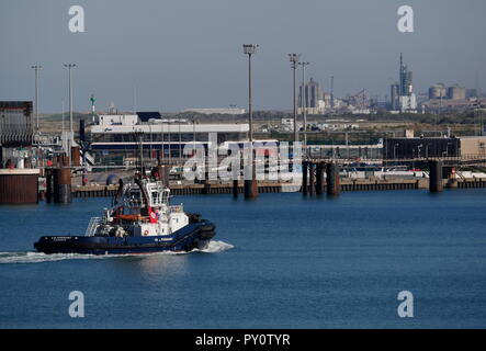 AJAXNETPHOTO. 2018. DUNKERQUE, FRANCE. - FERRY TERMINAL - INFRASTRUCTURE AND REFINERY INDUSTRIAL COMPLEX WITH HARBOUR TUG. PHOTO:JONATHAN EASTLAND/AJAX REF:GX8_182009_873 - Stock Photo