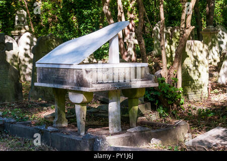 The grave of Harry Thornton in the shape of a piano in Highgate Cemetery, London.  A pianist who died in the 1918 flu pandemic. - Stock Photo