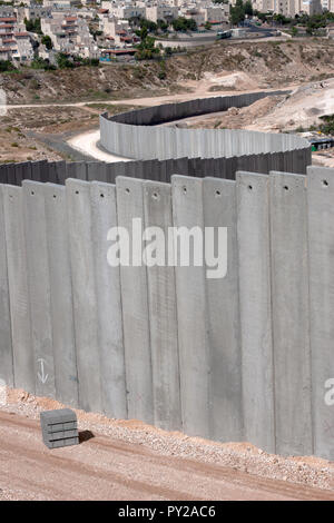 MA'ALE ADUMIM, JERUSALEM, PALESTINE, WEST BANK - JULI 11, 2004: Middle-east conflict: Building the Israeli separation or security wall with Palestine - Stock Photo