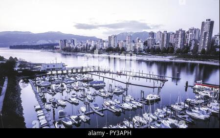 Vancouver, Bootshafen und Skyline, abends, Kanada - Stock Photo