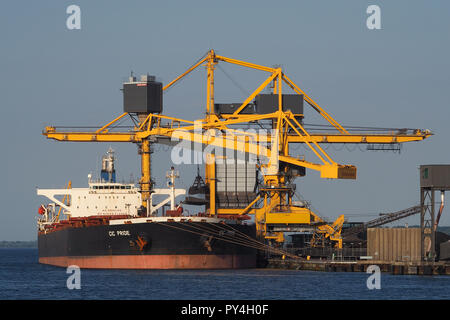 Capesizebulker CIC Pride discharging coal at Aabenraa powerplant - Stock Photo