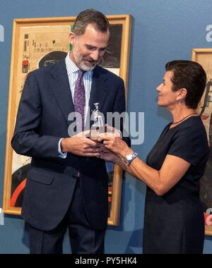 Palma De Mallorca, Spain. 25th Oct, 2018. Spain's King Felipe VI (L) and Grupo Serra's president, Carmen Serra (R), visit the exhibition for the 125th anniversary of Spanish journal 'Ultima Hora' in Palma de Mallorca, Balearic Islands, Spain, 25 October 2018. Credit: Cati Cladera **POOL**/EFE/Alamy Live News - Stock Photo