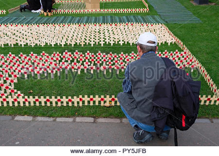 Edinburgh, United Kingdom. 25th October, 2018. Poppy Scotland Appeal, Poppies laid out in Princes Street Gardens in preparation for Remembrance Sunday. Credit: Craig Brown/Alamy Live News. - Stock Photo