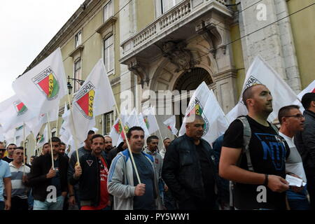 Lisbon, Portugal. 25th Oct, 2018. Portuguese policemen march through downtown Lisbon to parliament building to protest against poor working conditions and demand increasing their bonus, in Lisbon, Portugal, on Oct. 25, 2018. Credit: Zhang Yadong/Xinhua/Alamy Live News - Stock Photo
