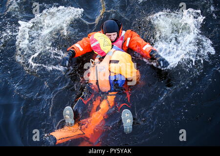 St Petersburg, Russia. 26th Oct, 2018. ST PETERSBURG, RUSSIA - OCTOBER 26, 2018: Emergency services take part in training exercises held by the Russian Emergency Situations Ministry in the Obvodny Canal area of St Petersburg. Peter Kovalev/TASS Credit: ITAR-TASS News Agency/Alamy Live News - Stock Photo