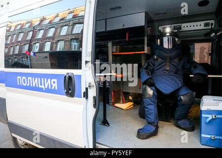 St Petersburg, Russia. 26th Oct, 2018. ST PETERSBURG, RUSSIA - OCTOBER 26, 2018: A sapper outside a secondary school involved in training exercises held by the Russian Emergency Situations Ministry in St Petersburg. Peter Kovalev/TASS Credit: ITAR-TASS News Agency/Alamy Live News - Stock Photo