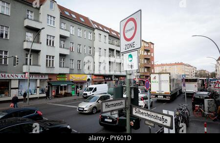 Berlin, Germany. 26th Oct, 2018. Numerous cars pass the intersection at Silbersteinstraße and Hermannstraße. The street in the Neukölln district has the highest level of particulate pollution in Berlin. Credit: Kay Nietfeld/dpa/Alamy Live News - Stock Photo