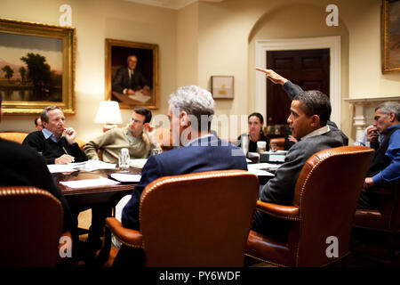 President Barack Obama meets with economic advisors during a 2010 Budget Meeting in  the Roosevelt Room. 1/24/09 Official White House Photo by Pete Souza - Stock Photo
