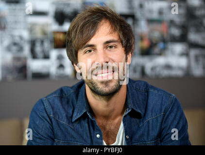 Berlin, Germany. 26th Oct, 2018. 26 October 2018, Germany, Berlin: The singer Max Giesinger on the verge of an interview at the dpa in Berlin. Credit: Britta Pedersen/dpa-Zentralbild/dpa/Alamy Live News - Stock Photo