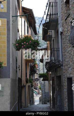 Andorra La Vella, Andorra. 18th Sep, 2018. Andorra la Vella, capital of the Andorra in the Pyrenees - narrow lane in the old town, photographed on 18.09.2018 | usage worldwide Credit: dpa/Alamy Live News - Stock Photo