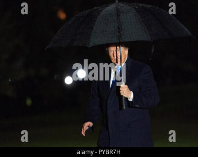 Washington DC, USA. 26 October 2018.  United States President Donald J. Trump returns to The White House after attending a political rally in Charlotte, NC. (Chris Kleponis/Polaris)United States President Donald J. Trump returns to The White House in Washington, DC after attending a political rally in Charlotte, North Carolina on Friday, October 26, 2018. Credit: Chris Kleponis/Pool via CNP   usage worldwide Credit: dpa picture alliance/Alamy Live News - Stock Photo