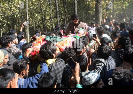 Kulgam, India. 26th Oct, 2018. People carry the Dead body of a slain Rebel Ovais Ahmad Lone at Hawoora Kulgam. Credit: Muneeb Ul Islam/Pacific Press/Alamy Live News - Stock Photo