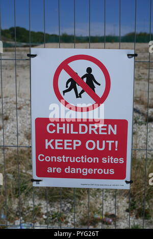 Warning sign on a wire fence: Children Keep Out Construction Sites are Dangerous, Luton, United Kingdom - Stock Photo