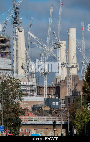 London, UK. 27th October 2018. Battersea power station is surrounded by cranes as the new chimneys glow in the autumn sunshine. Credit: Guy Bell/Alamy Live News - Stock Photo