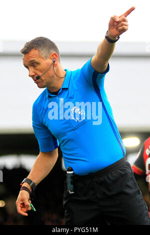 London, UK. 27th October 2018. Referee Andre Marriner in action. Premier League match, Fulham v AFC Bournemouth at Craven Cottage in London on Saturday 27th October 2018.  this image may only be used for Editorial purposes. Editorial use only, license required for commercial use. No use in betting, games or a single club/league/player publications. pic by Steffan Bowen/Andrew Orchard sports photography/Alamy Live news - Stock Photo