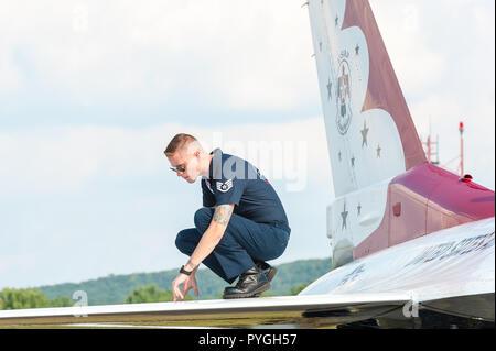 USAF Thunderbirds maintenance ground crew preparing for the demonstration - Stock Photo