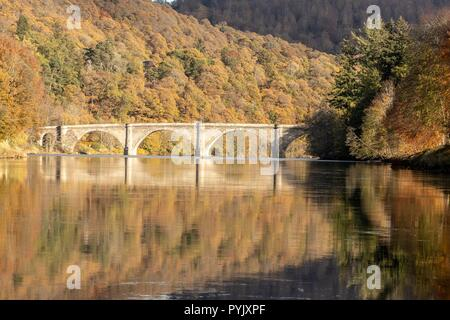 Dunkeld, UK. 28 October 2018. The Dunkeld Bridge, built by Thomas Telford and opened in 1809 crosses the River Tay by the Perthshire town of Dunkeld in Scotland. Credit: Rich Dyson/Alamy Live News - Stock Photo