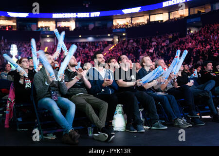 Hamburg, Germany. 28th Oct, 2018. Fans cheer on their teams. GES/eSport/ESL One Hamburg, 28.10.2018 eSports: ESL One Hamburg, October 28, 2018 | usage worldwide Credit: dpa/Alamy Live News - Stock Photo