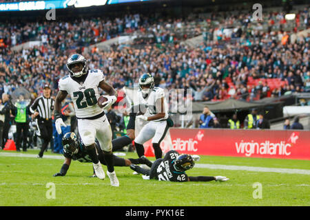 London, UK. 28 October 2018.  Philadelphia Eagles Running Back Wendell Smallwood (28) runs touch down   at the Eagles at Jaguars - credit Glamourstock Credit: glamourstock/Alamy Live News - Stock Photo