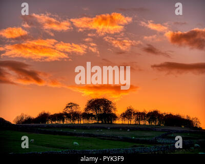 Harborough Rocks, Peak District, UK. 28th Oct, 2018. Weather UK: Firey Sunset over Minninglow hill Historic England monument with a chambered tomb & two bowl barrows Peak District National Park, UK Credit: Doug Blane/Alamy Live News - Stock Photo