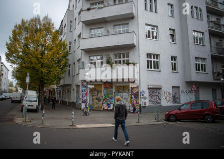 Berlin, Germany. 26th Oct, 2018. 26 October 2018, Germany, Berlin: A man walks past the Neukoelln girls' club 'Schilleria'. Due to the tense real estate market in Berlin, social housing projects are also increasingly being squeezed out. Due to the tense real estate market in Berlin, social housing projects are also increasingly being squeezed out. (to 'Association fears displacement of social housing projects' of 29.10.2018) Credit: Arne Immanuel Bänsch/dpa/Alamy Live News - Stock Photo