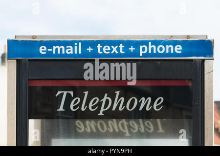 e-mail text phone sign above uk telephone box - Stock Photo