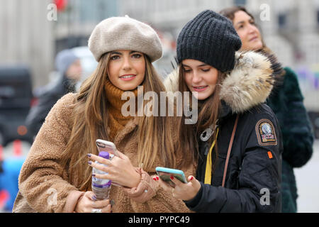 Trafalgar Square, London, UK. 30th Oct, 2018. Tourists wrapped up warm on a cold October morning in London. Credit: Dinendra Haria/Alamy Live News - Stock Photo
