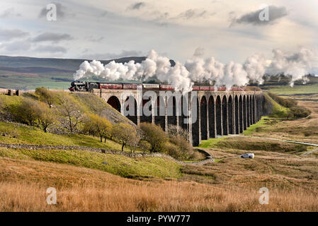 Ribblehead Viaduct, North Yorkshire, UK. 30th October, 2018. Under an Autumn sky 'The Dalesman' steam special crosses Ribblehead Viaduct in the Yorkshire Dales National Park. The train is en route to Carlisle on the famous Settle-Carlisle railway line. The train is hauled by a vintage Stanier 8F locomotive originally built for the London Midland and Scottish Railway Company (LMS). Credit: John Bentley/Alamy Live News - Stock Photo