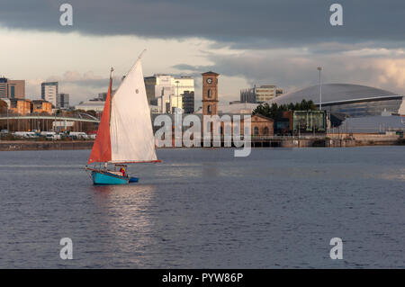 Glasgow, Scotland, UK. 30th October, 2018. UK Weather. A yacht called Carrie sails along the River Clyde as the sun sets on a cold autumnal day. Credit: Skully/Alamy Live News - Stock Photo